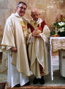 Don Mario e don Angelo con le reliquie di san Bruno
