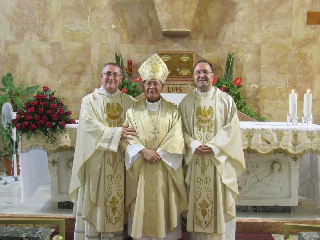 Don Casile e Don Sergi con il Vescovo Mondello che li ha ordinati
