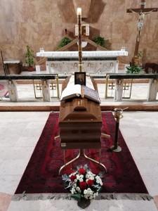 La salma di don Mario nella Chiesa di San Bruno